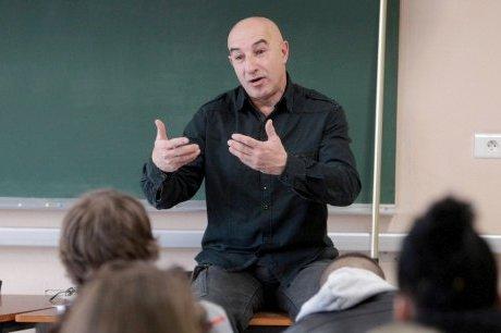 Yazid Kherfi lors d'une conférence-débat dans un lycée à Périgueux,  © sudouest